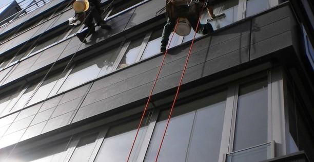 Čištění prosklené fasády v Kuřimi