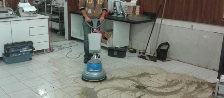 Strojové čištění podlahy po stavbě