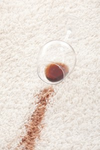 jak odstranit skvrnu od červeného vína z koberce